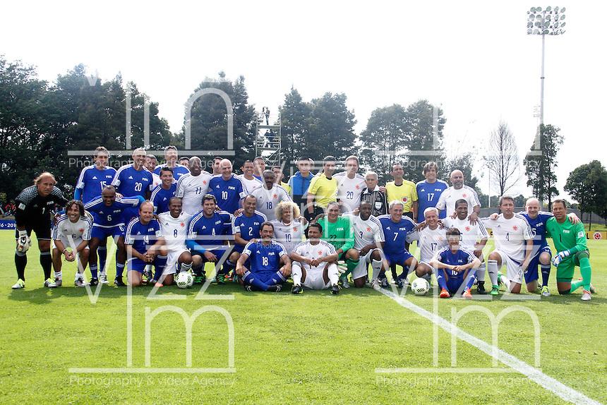 BOGOTA - COLOMBIA - 03-10-2016: Los jugadores de los equipos de las leyendas Federacion Intarnacional de Futbol Asociado (FIFA), y de la Federacion Colombiana de Futbol (FCF), posan para una foto, durante partido jugado en las canchas de Sede Deportiva de las Selecciones Colombia, Colfútbol,  entre las leyendas de la Federacion Intarnacional de Futbol Asociado (FIFA) y la Federacion Colombiana de Futbol (FCF), en la nueva sede de la FCF, en Bogota. / The players of the teams of the legends of the Intarnacional Federation of Football Association (FIFA), and Colombian Football Federation (FCF) pose for a photo, during the match plaing in the fielsd of Headquarters of the Teams Colombia, COLFUTBOL, between the legends of the Federation Intarnacional de Football Association (FIFA) and the Colombian Football Federation (FCF) in the new headquarters of the FCF, in Bogota. / Photo: VizzorImage / Luis Ramirez / Staff.