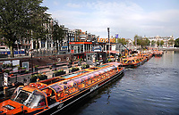Nederland - Amsterdam- 2020.  Lege rondvaartboten bij Lovers.    Foto ANP / Hollandse Hoogte / Berlinda van Dam