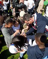 22-4-09, Den Haag, Opening 50e Krajicek Foundation playground, Richard Krajicek zet zijn handtekening op de rug van een meisje.