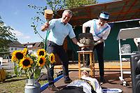Bürgermeister Marcus Merkel mit Kerwevadder Manuel Janz beim Bieranstich, Watz Torben Grischke probiert gleich - Büttelborn 19.09.2021: Biddelberner Kerb an der Tornhall