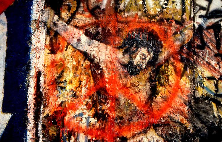 BERLINO / GERMANIA - 20 NOVEMBRE 1989.PARTICOLARE DI UN GRAFFITO SUL MURO NEL QUARTIERE OCCIDENTALE DI KREUZBERG..FOTO LIVIO SENIGALLIESI..BERLIN / GERMANY - 20 NOVEMBER 1989.GRAFFITI ON THE WALL IN THE WEST DISTRICT OF KREUZBERG..PHOTO BY LIVIO SENIGALLIESI.