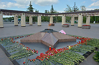 KAZAN - RUSIA, 23-06-2018: Parque de la Victoria es un parque conmemorativo, con una superficie de aproximadamente 50 hectáreas, el cual dio su inició con el plantado de 1.418 árboles y arbustos en la década de 1970 – en conmemoración a los 1.418 días y noches de la Gran Guerra Patria. La base del parque es un complejo conmemorativo, construido en 1995, al igual que la Estela de la Victoria, de 42 metros. Al pasar dichos sitios llegas a una exposición de técnica militar al aire libre – aquí hay tanques, armas antitanque, obuses, aviones y helicópteros. A la izquierda del complejo conmemorativo comienza una zona verde con senderos, un parque infantil y un estanque, en el cual se pueden encontrar carpas, carasios, nadan patos. / Victory Park memorial complex is a memorial park, with an area of approximately 50 hectares, which began with the planting of 1,418 trees and shrubs in the 1970s - in commemoration of the 1,418 days and nights of the Great Patriotic War. The base of the park is a commemorative complex, built in 1995, as well as the Estela de la Victoria, 42 meters. As you pass these sites, you arrive at an exhibition of outdoor military technology - here hay tanks, anti-tank weapons, howitzers, airplanes and helicopters. To the left of the commemorative complex begins a green area with trails, a playground and a pond, in which you can find tents, caravans, swim ducks. Photo: VizzorImage / Julian Medina / Cont