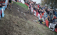 Just as he is leading the race, Sven Nys (BEL/Crelan-AAdrinks) crashes into the barricades down this tricky slope and loses any chance of winning. Something he hadn't done in exactly 1 year (when he won the previous edition of this race). <br /> <br /> Jaarmarktcross Niel 2015  Elite Men & U23 race