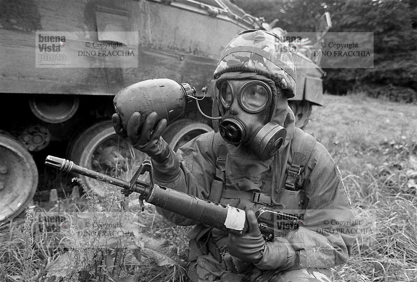 - NATO exercises in Germany, British Army soldier in NBC suit (September 1984)....- esercitazioni NATO in Germania, militare dell'esercito inglese in tenuta NBC (settembre 1984)