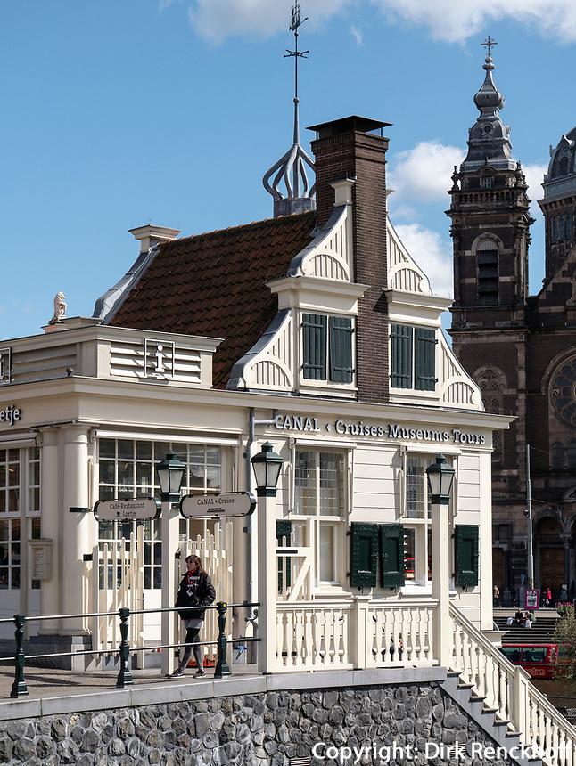 Café Loetje und Canal Tours vor Hauptbahnhof, Amsterdam, Provinz Nordholland, Niederlande<br /> Café Loetje and Canal Tours at central station, Amsterdam, Province North Holland, Netherlands