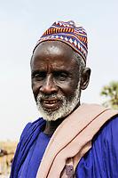 MALI, Mopti, market day, man with woolen cap / Mali, Mopti, Markttag