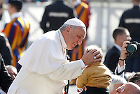 Papa Francesco saluta un bambino al suo arrivo all'udienza generale del mercoledi' in Piazza San Pietro, Citta' del Vaticano, 1 aprile 2015.<br /> Pope Francis greets a child as he arrives for his weekly general audience in St. Peter's Square at the Vatican, 1 April 2015.<br /> UPDATE IMAGES PRESS/Isabella Bonotto<br /> <br /> STRICTLY ONLY FOR EDITORIAL USE