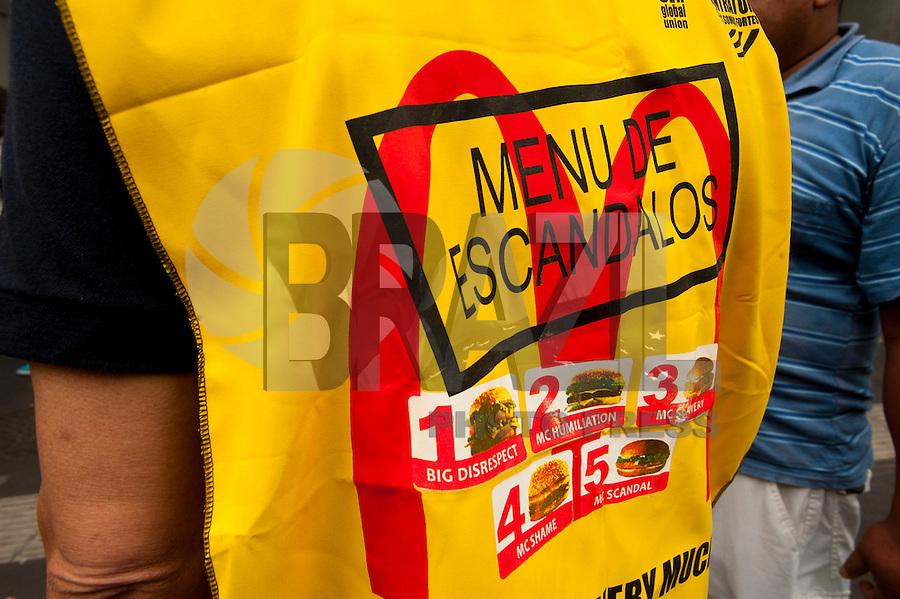 SÃO PAULO,SP, 18.08.2015 - PROTESTO-SP Manifestantes se reuniram na Avenida Paulista, em São Paulo, na manhã desta terça- feira (18), para participar de um protesto pelos direitos dos trabalhadores da rede de restaurantes fast food McDonald's. O ato foi organizado pela Confederação Nacional dos Trabalhadores no Comércio e Serviços (CONTRACS), com apoio da Service Employees International Union (SEIU), entidade internacional para denunciar as práticas da empresa. (Foto: Gabriel Soares/Brazil Photo Press)