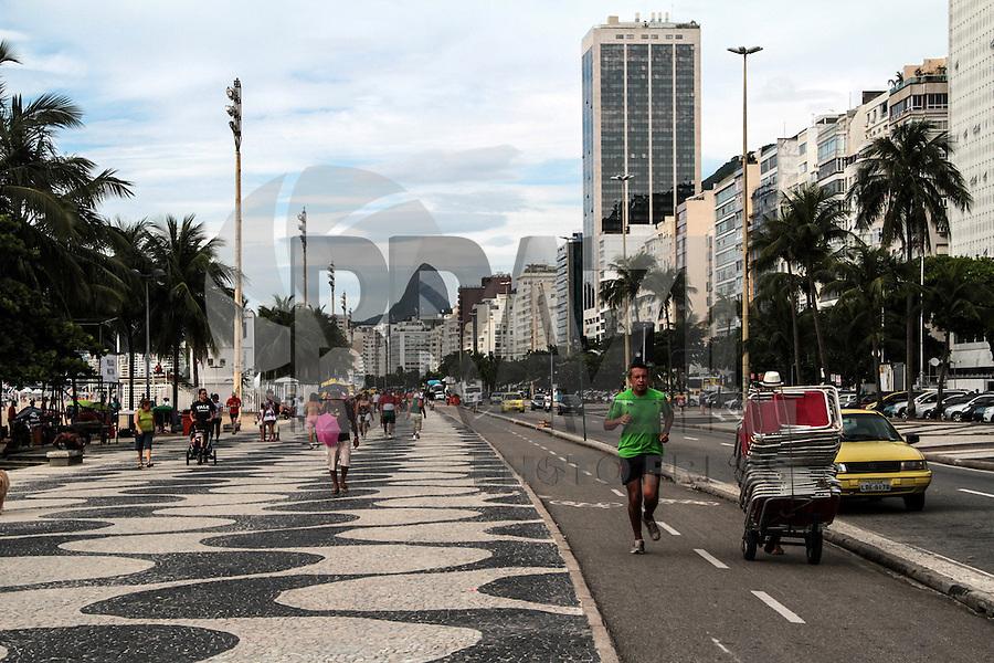 RIO DE JANEIRO, RJ, 30.12.2013 - Segunda-feira com bastante movimentação pelos preparativos para o Reveillon nas praias de Leme e Copacabana, zona sul da cidade, onde são esperadas mais de 2,5 milhões de pessoas para receber 2014. (Foto. Néstor J. Beremblum / Brazil Photo Press)