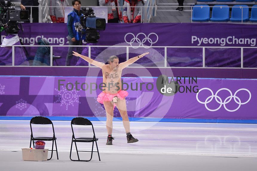 OLYMPIC GAMES: PYEONGCHANG: 23-02-2018, Gangneung Oval, Long Track, 1000m Men, streaker on the ice, ©photo Martin de Jong