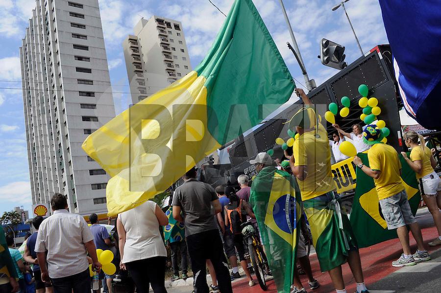 GUARULHOS SP, 16.08.2015 - PROTESTO-DILMA - Manifestantes protestam contra o governo da presidente Dilma Rousseff na região central de Guarulhos na manhã deste domingo (16).(Foto: Renato Gizzi / Brazil Photo Press)