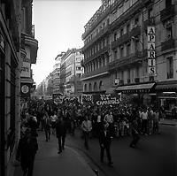Rue Alsace-Lorraine. 11 ou 12 juin 1968. Vue d'ensemble des manifestants qui défilent, cortège vue de 3/4 face en plongée ; banderoles. Cliché pris durant les évènements de Mai 68 à Toulouse.