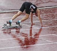 Leichtathletik, Deutsche Meisterschaft vom 25. bis 27.07.2014 im Donaustadion Ulm und auf dem Münsterplatz. Im Bild: Sprint-Start im Regen. Der Läufer spiegelt sich auf der Bahn wider.