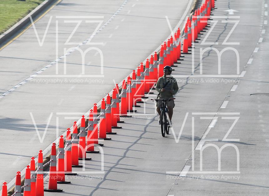 BOGOTA-COLOMBIA-7-02-2013. Día sin carro , cicloruta y ciclovía de la avenida Eldorado. Day without car, bike path and bike path Eldorado Avenue. ( Photo / VizzorImage / Felipe Caicedo / Staff).
