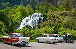 Frankreich, Bourgogne-Franche-Comté, Département Jura, Baume-les-Messieurs: klassifiziert als eines der schoensten Doerfer Frankreichs (Plus beaux villages de France) - Oldtimer-Treffen am Wasserfall Cascade des tufs | France, Bourgogne-Franche-Comté, Département Jura, Baume-les-Messieurs: classified as one of France's most beautiful villages (Plus beaux villages de France) - oldtimer meeting at waterfall Cascade des tufs