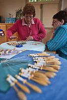 Europe/France/Nord-Pas-de-Calais/59/Nord/ Bailleul:Le musée-école de dentelle- Isabelle Gruson donne un cours de dentelle