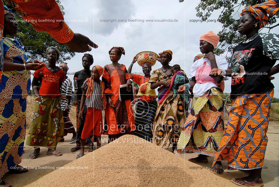 MALI Bougouni, woman tresh rice in village Banankoro / MALI Bougouni, Frauen dreschen Reis im Dorf Banankoro