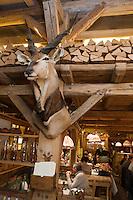 Europe/France/Rhone-Alpes/74/Haute-Savoie/Megève: Cuisson des viandes à la cheminée à  La Taverne du Mont d'Arbois