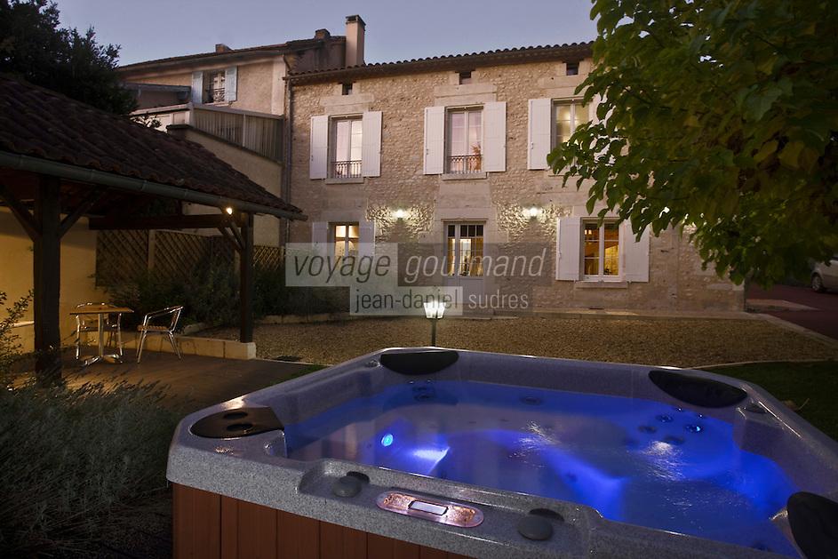 Europe/France/Aquitaine/24/Dordogne/Anesse-et-Beaulieu:  Chambre d'Hôtes: Le Beaulieu - le  jacuzzi dans le jardin