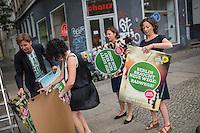 Die Berliner Gruenen starteten am Samstag den 30 Juli 2016 in den Straßen-Wahlkampf zur Agbeordnetenhauswahl im September 2016.<br /> Die Landesvorsitzenden Daniel Wesener (1.vl.) und Bettina Jarasch (2.vl) sowie die Fraktionsvorsitzenden Ramona Pop (1.vr.) und Antje Kapek (2.vr.) haengten im Prenzlauer Berg Wahlplakate auf.<br /> 30.7.2016, Berlin<br /> Copyright: Christian-Ditsch.de<br /> [Inhaltsveraendernde Manipulation des Fotos nur nach ausdruecklicher Genehmigung des Fotografen. Vereinbarungen ueber Abtretung von Persoenlichkeitsrechten/Model Release der abgebildeten Person/Personen liegen nicht vor. NO MODEL RELEASE! Nur fuer Redaktionelle Zwecke. Don't publish without copyright Christian-Ditsch.de, Veroeffentlichung nur mit Fotografennennung, sowie gegen Honorar, MwSt. und Beleg. Konto: I N G - D i B a, IBAN DE58500105175400192269, BIC INGDDEFFXXX, Kontakt: post@christian-ditsch.de<br /> Bei der Bearbeitung der Dateiinformationen darf die Urheberkennzeichnung in den EXIF- und  IPTC-Daten nicht entfernt werden, diese sind in digitalen Medien nach §95c UrhG rechtlich geschuetzt. Der Urhebervermerk wird gemaess §13 UrhG verlangt.]