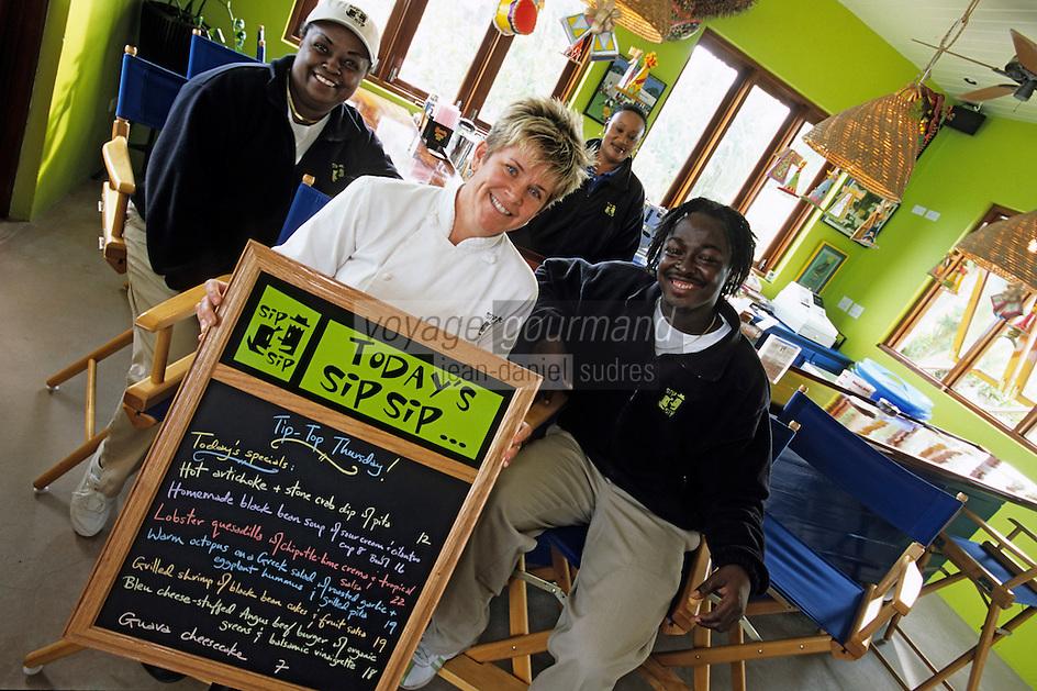 """Iles Bahamas /Ile d'Eleuthera/Harbour Island/ Dunmore Town: Julie Lightbourne Chef du restaurant """"Sip-Sip"""" au bord de Pink Sand la célèbre plage de sable rose avec son staff"""