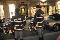 - shopping nel centro di Milano, via Montenapoleone, controlli di polizia....- shopping in Milan downtown, Montenapoleone street, police controls