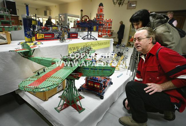 Brummen, 250103<br />Een Mecano veiling bij veilinghuis Bouwman in Brummen. De man bekijkt een Marklin Do-X, een constructie bouwdoos uit 1979. Toen als pakket om nog inelkaar te zetten verkocht voor de prijs van 1300 gulden.<br />Foto: Sjef Prins - APA Foto