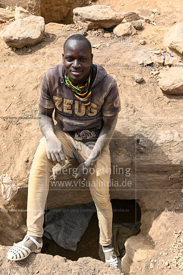 MALI, Kayes, Sadiola, artisanal gold mining at Camp SIRIMANA / Klein-Goldbergbau, Goldsucher Ahmadi Bah