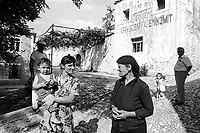 - Villaggio albanese, Queparo (Ceparò, agosto 1993); le donne in piazza<br /> <br /> -  Albanian  Village, Queparo (Ceparò, August 1993); women in the square