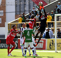TUNJA -COLOMBIA-15-MAYO-2016.Cristian Bonilla (Der.) de Nacional en acción contra Patriotas F.C.  l durante partido por la fecha 18 de Liga Águila I 2016 jugado en el estadio La Independencia./ Cristian Bonilla golakeeper of Nacional  in actions against Fortaleza FCl during the match for the date 18 of the Aguila League I 2016 played at La Independencia stadium in Tunja. Photo: VizzorImage / César Melgarejo  / Contribuidor