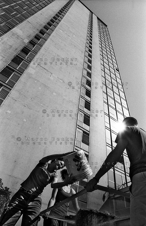 """Milano, un collettivo di """"Lavoratori dell'Arte e dello Spettacolo"""" occupa un edificio inutilizzato, la Torre Galfa, per dare vita a un nuovo centro per le arti e la cultura chiamato MACAO. Il terreno interno viene setacciato e ripulito --- Milan, a collective of """"Arts and Entertainment Workers"""" occupy an unused building, the Galfa Tower, in order to create a new centre for arts and culture called MACAO. The internal terrain is sieved and cleaned"""