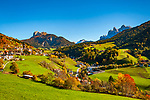 Italien, Suedtirol (Trentino - Alto Adige), Villnoesstal: St. Peter mit Pfarrkirche St. Peter und Paul vorm Peitlerkofel (links) und der Geislergruppe im Naturpark Puez-Geisler | Italy, South Tyrol (Trentino - Alto Adige), Val di Funes: San Pietro with parish church St Peter and Paul with Peitlerkofel mountain (left) and Le Odle mountains at natural park Puez-Odle