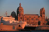 Europe/France/Provence-Alpes-Côte d'Azur/13/Bouches-du-Rhône/Marseille: Le Port de Commerce bateau et la cathédrale de la Nouvelle Major dans la lumiere du soir