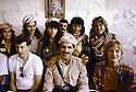 Irak 1991.Nechirvan Barzani reçu chez une famille à Duhok avec des responsables d'ONG         Iraq 1991  Nechirvan Barzani visiting a family in Duhok with NGO's members