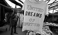 Beira / Mozambico 1993.Mountain troops of Taurinense brigade patrolling Beira outdoor market - Alpini della brigata Taurinense durante la missione ONU in Mozambico come forza di pace nel 1993. Nella foto un soldato durante il pattugliamento del mercato nel centro di Beira..Photo Livio Senigalliesi