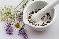 Blütensalz, Blüten-Salz, Salz wird mit essbaren Blüten aromatisiert, in einem Mörser, Kräutersalz, Kräuter-Salz, Blüten, Blumen, Kräuter, Kräuter sammeln, Ernte, Kräuterernte, Blütenblätter, essbare Blüten. Echter Lavendel, Lavandula angustifolia, Lavender. Kartoffel-Rose, Kartoffelrose, Runzel-Rose, Runzelrose, Rose, Rosa rugosa, Japanese Rose. Königskerze, Verbascum spec., Mullein. Echter Alant, Helenenkraut, Inula helenium, Elecampane, Scabwort, Horse-heal, Marchalan. Margerite, Wiesenmargerite, Leucanthemum vulgare, Chrysanthemum leucanthemum, oxeye daisy, ox-eye daisy, moon daisy. Oregano, Wilder Dost, Echter Dost, Gemeiner Dost, Oreganum, Origanum vulgare, Oregano, Wild Marjoram. Wilde Möhre, Daucus carota, Wild Carrot. Wasser-Minze, Wasserminze, Minze, Mentha aquatica, Horsemint, Water Mint. Blossom, blossoms, flower, flowers, bloom, blooms, petal, petals, salt.