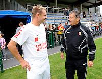 KV Kortrijk : Baptiste Martin in gesprek met zijn ex-trainer Jacques Santini (ex-bondscoach en ex-Auxerre trainer).foto VDB / BART VANDENBROUCKE