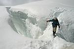 Montagnes du Valais.Passage délicat d'une crevasse.