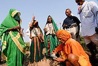 INDIA Madhya Pradesh , biodynamic organic cotton project bioRe in Kasrawad , farmers school and training on bio dynamic farming / INDIEN Madhya Pradesh , bioRe Projekt fuer biodynamischen Anbau in Kasrawad , Farmer Schulung zum Thema Biodynamik nach Rudolf Steiner, Herstellung biodynamischer Praeparate 500 aus Kuhhorn