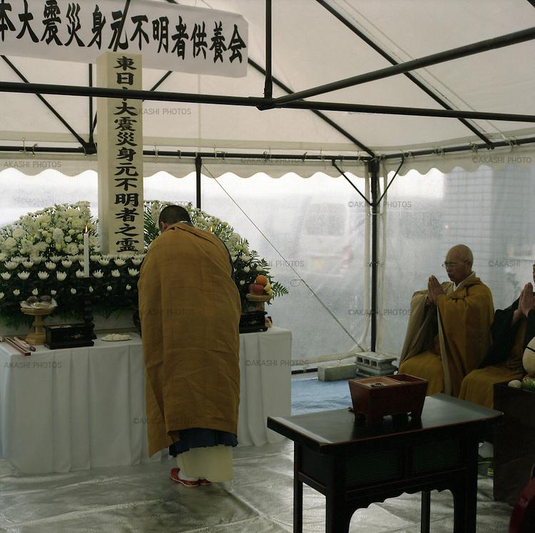 On March 11, 2011, earthquake of magnitude 9.0 and devastating tsunami hit the Tohoku area, killing more than 15,000 people and missing more than 5,000 people. Funeral for unidentifies bodies by Japanese Buddhist monks in Rinkuzantakata, Iwate.<br /> <br /> Le 11 mars 2011, un séisme de magnitude 9,0 et un tsunami dévastateur ont frappé la région de Tohoku, faisant plus de 15 000 morts et plus de 5 000 disparus. Funérailles pour des corps non identifiés par des moines bouddhistes japonais à Rinkuzantakata, Iwate.