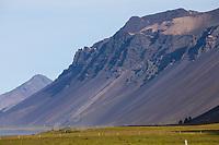 Vulkanisches Gestein, Vulkan, Vulkanberg, Berg mit Geröll, vegetationsfrei, Geröllhalde, im Osten von Island, Ostisland