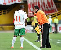 BOGOTA - COLOMBIA-27-04-2013: Juan C Sanchez, técnico del Envigado F.C., da instrucciones a Fabio Burbano durante partido en el estadio Nemesio Camacho El Campin de la ciudad de Bogota, abril 27 de 2013. Independiente Santa Fe y Envigado F.C. durante partido por la decimotercera fecha de la Liga Postobon I. (Foto: VizzorImage / Luis Ramirez / Staff).  Juan C Sanchez, coach of Envigado F.C. gives instructions to Fabio Burbano during game in the Nemesio Camacho El Campin stadium in Bogota City, April 27, 2013. Independiente Santa Fe and Envigado F.C. in a match for the thirteenth round of the Postobon League I. (Photo: VizzorImage / Luis Ramirez / Staff).