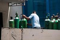 SÃO PAULO, SP, 20.03.2021:  Falta de Oxigênio SP  - Com aumento de casos de Covid-19 registrados entre o fim de 2020 e o começo de 2021 . Estados e municípios alertam Ministério da Saúde temendo situação de colapso no sistema de abastecimento de oxigênio. No destaque cilindro de oxigênio chegam a UPA Franco da Rocha manhã sábado(20).