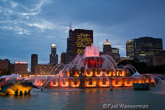 Chicago's Buckingham Fountain against the Chicago skyline at twilight