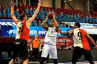 31-03-2021: Basketbal: Donar Groningen v ZZ Feyenoord: Groningen , Donar speler Davonte Lacy tussen Feyenoord speler Jeroen van der List en Feyenoord speler Juan Davis