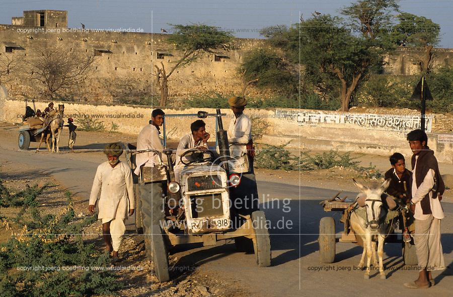 INDIA Rajasthan, tractor on the road / INDIEN Rajasthan, Traktor auf einer Strasse