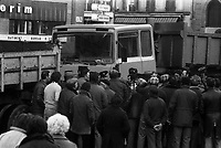 Angle des allées François-Verdier et de la rue de Metz. 6 février 1978. Scène de manifestation : au 1er plan manifestants (de dos) face à des policiers (vue en plongée) ; en arrière-plan camion benne. Cliché pris lors d'une manifestation organisée par une trentaine de transporteurs et artisans locaux pour protester contre le chantier de l'autoroute A61 donné à une grosse société du centre de la France. Manifestation patronée par la Confédération Intersyndicale de Défense et d'Union Nationale des Travailleurs Indépendants (CIDUNATI).