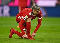02.12.2017,  Football 1.Liga 2017/2018, 14. match day, FC Bayern Muenchen - Hannover 96, in Allianz-Arena Muenchen. Robert Lewandowski (FC Bayern Muenchen) bindet sich die Schuhe. *** Local Caption *** © pixathlon<br /> <br /> +++ NED + SUI out !!! +++<br /> Contact: +49-40-22 63 02 60 , info@pixathlon.de