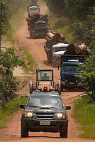 Madeira é transportada pela viscinal 18 até o rio Mojú escoltada por Soldados da Policia militar até seu embarque por balsa para Belém<br /> 25/02/2008<br /> Tailândia Pará Brasil<br /> Foto Paulo Santos Interfoto