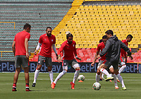 BOGOTA - COLOMBIA, 06-10-2020: Jugadores del Santa Fe calientan previo al partido entre Independiente Santa Fe y Alianza Petrolera por la fecha 12 de la Liga BetPlay DIMAYOR I 2020 jugado en el estadio Nemesio Camacho El Campín de la ciudad de Bogotá. / Players of Santa Fe warm up prior a match between Independiente Santa Fe and Alianza Petrolera for the date 12 as part of BetPlay DIMAYOR League I 2020 played at Nemesio Camacho El Campín stadium in Bogota city. Photo: VizzorImage / Santiago Cortes / Cont